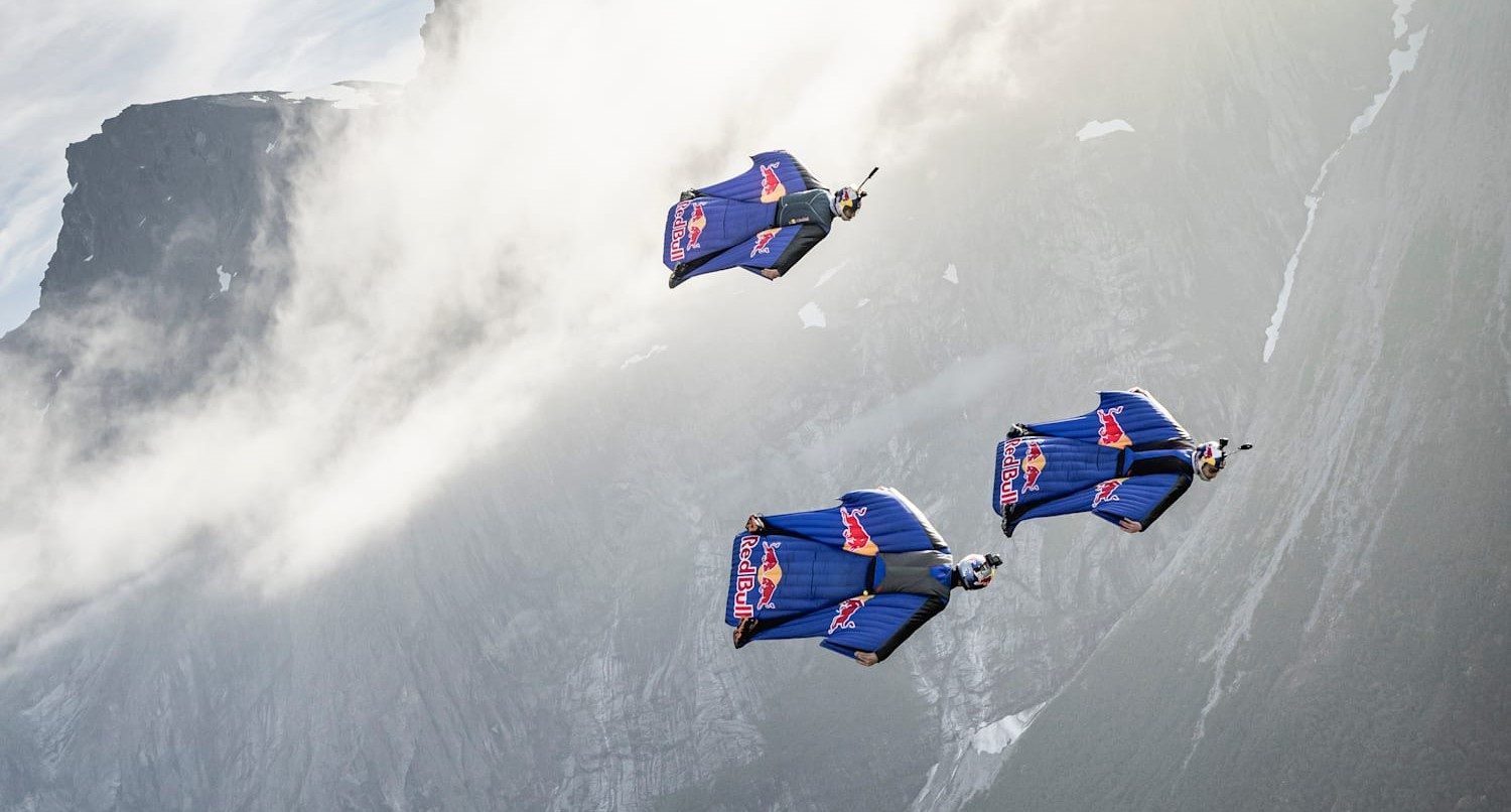 """MOMENTO ESPETACULAR: WINGSUIT FLYING FORMATION IN """"THE CRACK"""" BY RED BULL"""